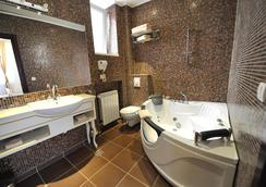 Queens Astoria Design Hotel - Belgrade - Bathroom