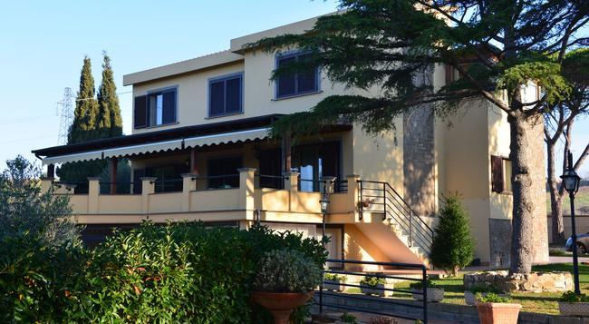 Bed And Breakfast La Corte Degli Ulivi - Civitavecchia - Building