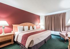 Red Roof Inn & Suites Knoxville East - Knoxville - Bedroom