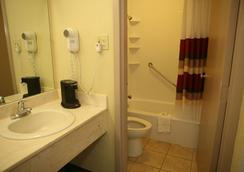 Red Roof Inn & Suites Cave City - Cave City - Bathroom