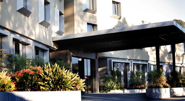 Golden Pebble Hotel - Melbourne - Building