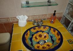 Hotel del Peregrino - Merida - Bathroom