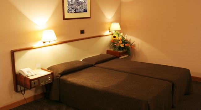 Hotel Tritone - Rome - Bedroom
