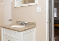 Riptide Oceanfront Hotel - Hollywood - Bathroom