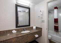 Red Roof Inn Bloomington - Bloomington - Bathroom