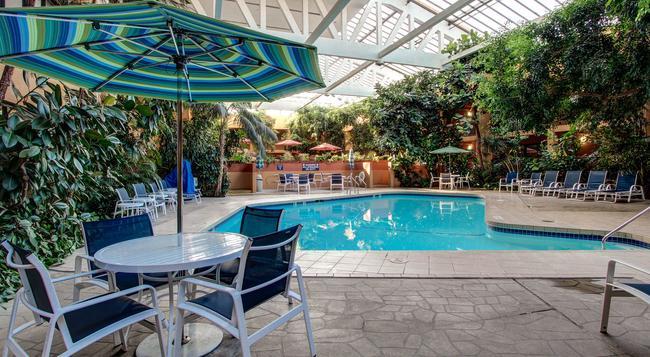 Hotel Elegante Conference & Event Center Colorado Springs - Colorado Springs - Pool