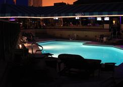 Surfbreak Oceanfront Hotel, an Ascend Hotel Collection Member - Virginia Beach - Pool