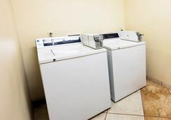 Red Roof Inn Orlando South - Florida Mall - Orlando - Laundry facility